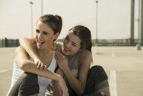 Zwei glückliche Freunde umarmen im freien — Stockfoto