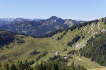 Germania, Baviera superiore, superiore e più basso Firstalm con Risserkogel, montagne di Mangfall con alberi sui pendii — Foto stock
