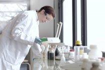 Junge weibliche Wissenschaftler bei der Arbeit im Labor — Stockfoto