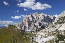 Италия, Венето, Valparola перевал, Fanes группа Пиц dles Cunturines под облаками в дневное время — стоковое фото