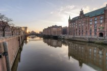 Німеччина, Гамбург, Zollkanal в Шпейхерштадтом на сході сонця — стокове фото