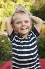 Portrait d'un garçonnet souriant avec un chapeau de soleil — Photo de stock