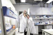 Des scientifiques en laboratoire discutent d'expériences — Photo de stock