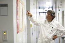 Wissenschaftler im Labor Korridor auf Plakat — Stockfoto