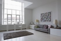 Tagsüber Innenansicht einer leeren modernes Wohnzimmer — Stockfoto