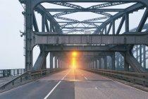 Германия, Гамбург мост дороги в утреннем тумане — стоковое фото