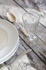 Primo piano della regolazione di posto sulla tavola di legno rilassato festivo — Foto stock