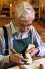 Скрипка maker на роботі по дереву дерев'яних деталей — стокове фото