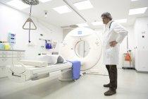 Médecin à l'hôpital avec des équipements de Mrt — Photo de stock