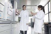 Deux jeunes étudiantes en chimie en laboratoire — Photo de stock