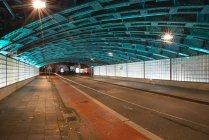 Германия, Северный Рейн-Вестфалия, Кельн, освещенный подземным ходом ночью — стоковое фото