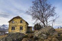 Alten Haus an der Küste des Vestvagoy, Lofoten, Norwegen — Stockfoto