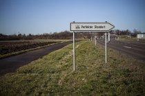 Alemania, Baden-Wuerttemberg, Kleinglattbach, señal de dirección 'ubicación perfecta' - foto de stock