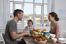Батько, мати і дочка здорового сніданку — стокове фото