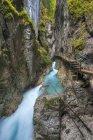 Allemagne, Bavière, Leutasch Gorge près de Mittenwald, chute d'eau pittoresque vue parmi les roches et la passerelle en bois — Photo de stock