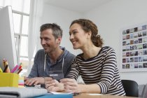 Paar sitzt zu Hause am Schreibtisch und kauft online ein — Stockfoto