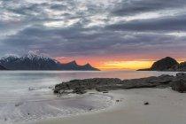 Coucher du soleil de Scandinavie, Norvège, îles Lofoten, à la côte de Utakleiv — Photo de stock