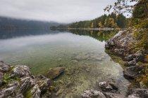 Alemania, Baviera, Eibsee cerca Garmisch-Partenkirchen en otoño - foto de stock