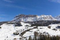 Italia, Dolomiti, Alto Adige, Kreuzkofel, inverno sport regione Alta Badia, La Villa durante il giorno — Foto stock