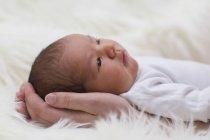 Закри новонародженого немовляти дівчина в руках матері — стокове фото