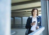 Retrato de mulher de negócios lendo SMS — Fotografia de Stock
