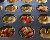 Запеченные корзины в выпечке поднос с клубничным салатом — стоковое фото