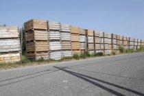 Espanha, Catalunha, Caixas de madeira de plantação de maçã na rua — Fotografia de Stock