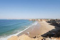 Praia com falésias no brilho do sol — Fotografia de Stock