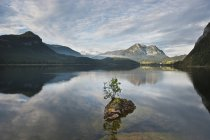 View of Lake Altaussee with Mount Dachstein at daytime, Styria, Austria — Stock Photo