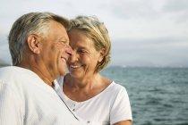 Старшая пара у моря — стоковое фото