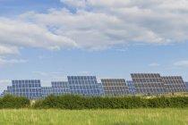 Alemania, Sajonia, vista de paneles solares sobre la hierba verde - foto de stock