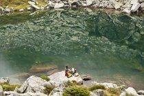 Austria, Estiria, hombre y mujer tener resto en el lago Obersee - foto de stock