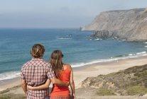 Пара, наслаждаясь видом на океан — стоковое фото