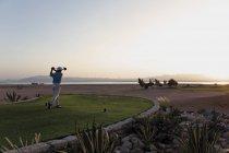 Египет, Человек, играющий в гольф на поле для гольфа — стоковое фото