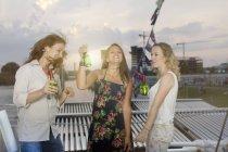 Jovens estudantes se divertindo no barco — Fotografia de Stock