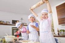 Mädchen und jungen Pokal Kuchenbacken in Küche — Stockfoto