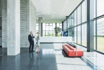 Geschäftsleute diskutieren in Büro-Lobby — Stockfoto
