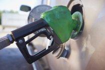 Nahaufnahme von Benzin LKW an Tankstelle ausfüllen — Stockfoto