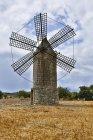 Espanha, Mallorca, Porreres, Ver os do velho moinho de vento no campo — Fotografia de Stock