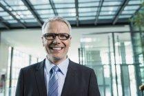 Retrato de homem de negócios sorridente no escritório — Fotografia de Stock