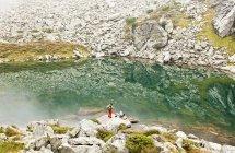 Мужчина и женщина, отдыхая на озеро Оберзее — стоковое фото