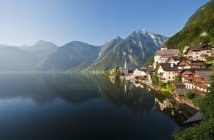 Austria, Upper Austria, Lake Hallstaetter See and traditional buildings on shore — Stock Photo