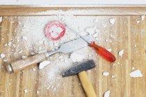 Strumenti di lavoro posizionati sul pavimento in parquet di rovere — Foto stock