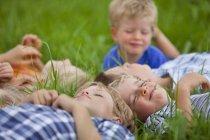 Groupe d'enfants se trouvant dans le pré au caractère — Photo de stock