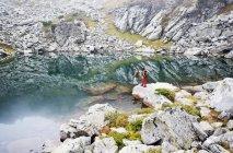 Homme et femme debout au lac Obersee — Photo de stock
