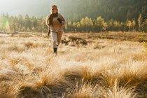 Mulher jovem de Áustria, Salzburgo, correndo no outono — Fotografia de Stock
