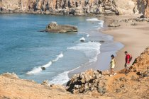 Португалія, пара походи на горі над піщаним пляжем — стокове фото
