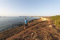 Portogallo, Algarve, Mature man jogging by coast — Foto stock