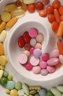 Varietà di pillole colorate in zolla bianca — Foto stock