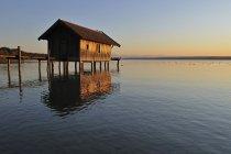 Boathouse in legno sul lago di Ammer — Foto stock